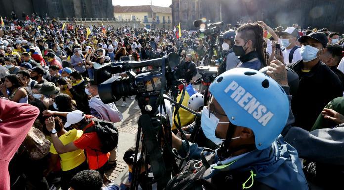 Varios periodistas realizan el cubrimiento del Paro Nacional el 12 de mayo de 2021, en la Plaza de Bolivar, en Bogotá (Colombia). EFE/ Mauricio Dueñas Castañeda