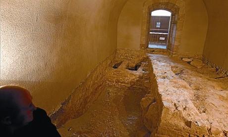 Los restos del fortín hallado en una de las salas del castillo de Montjuïc, el jueves.