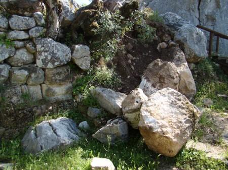 Parte desprendida de la muralla de Ocuri (Foto: Jesús Román Román).