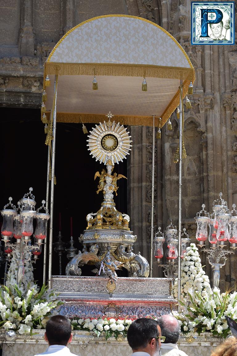 El Santísimo recorre las calles de Santiago en este Domingo de la Santísima Trinidad