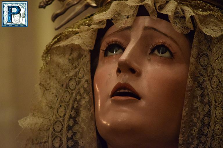 El besamanos de la Virgen de Gracia y Esperanza desde el objetivo de Lucas Álvarez
