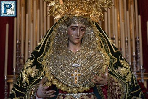 El besamanos de la Virgen de la Esperanza de la Yedra desde el objetivo de Lucas Álvarez