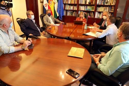 La alcaldesa se reúne con la Unión de Hermandades para abordar el desarrollo de actos en la vía pública