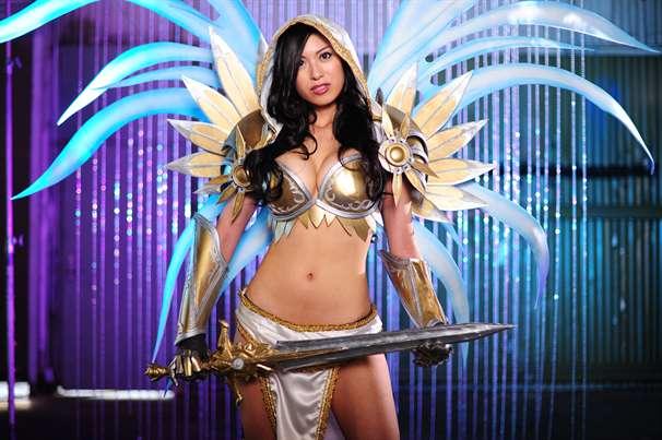 jo-jo-cosplaying-as-tyraels-secret-in-diablo-3-for-blizzcon-2011