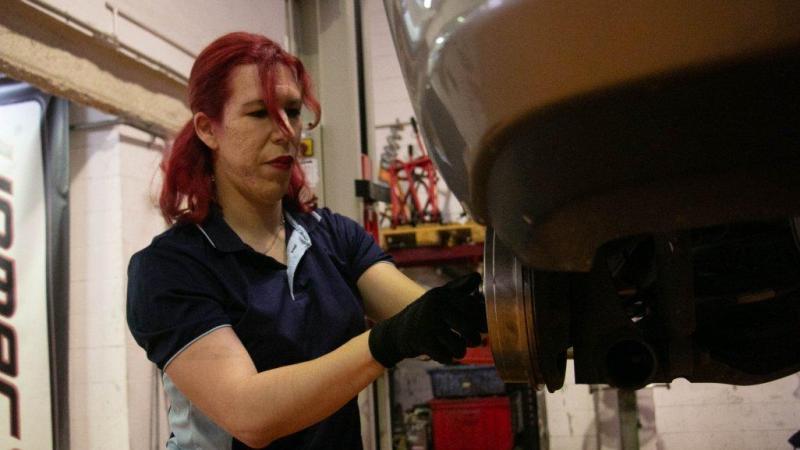Sabrina Michelle Rivera realizando labores de mantenimiento de un automovil - Twitter @shirleymclaren9