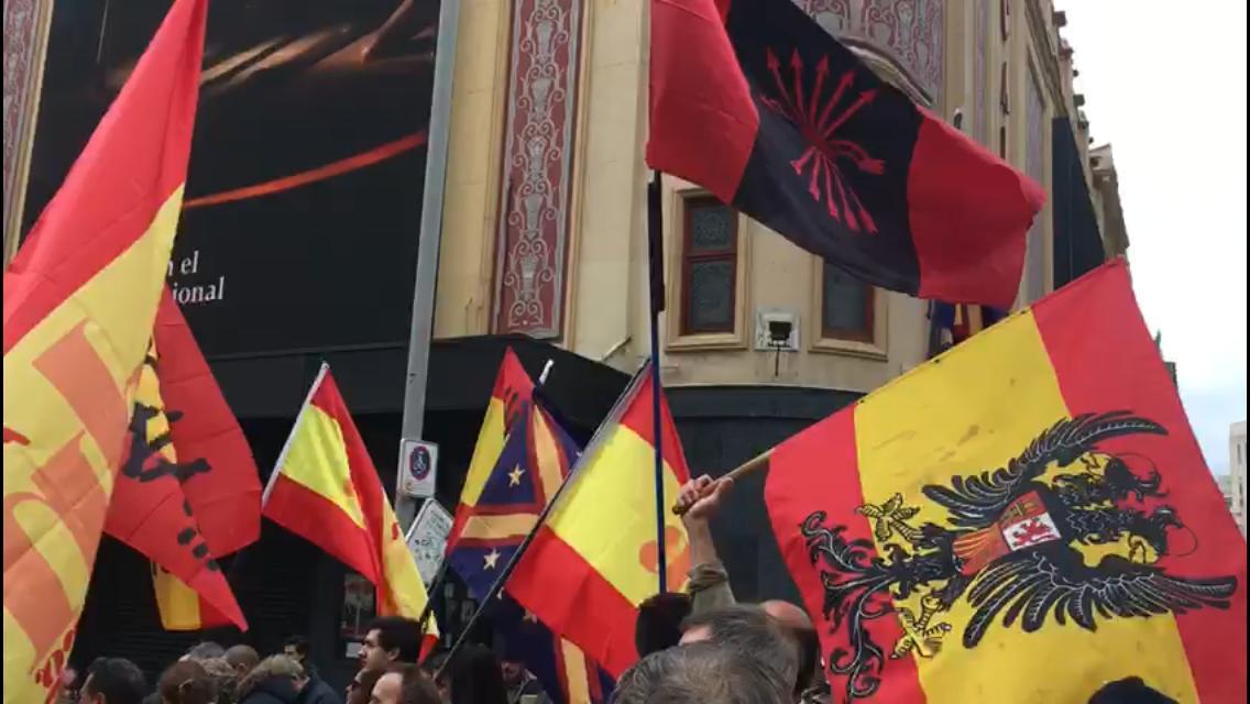 Ultras con banderas franquistas en Madrid gritan contra la Constitución