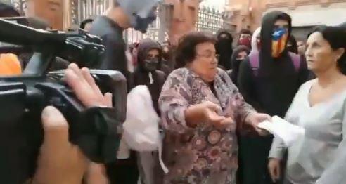 La rectora intenta dialogar con los estudiantes independentistas
