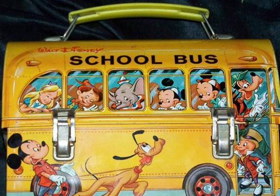 Famosa lonchera baul de Disney en forma de autobus escolar