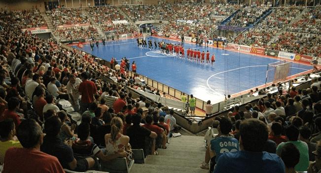 Una ´Marea roja´ de 6500 espectadores en el Palacio de los Deportes