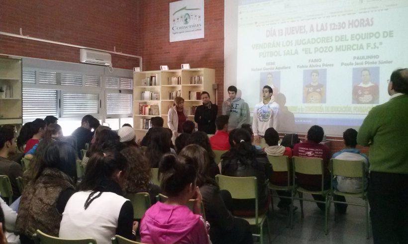 Bebe, Fabio y Paulinho dan una charla sobre la prevención de las adicciones en el IES Villa de Alguazas con la asociación Proyecto Hombre