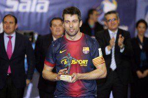 Recogiendo un trofeo individual