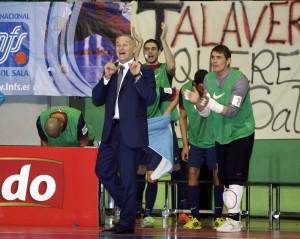 El entrenador del Barcelona animando a su equiipo