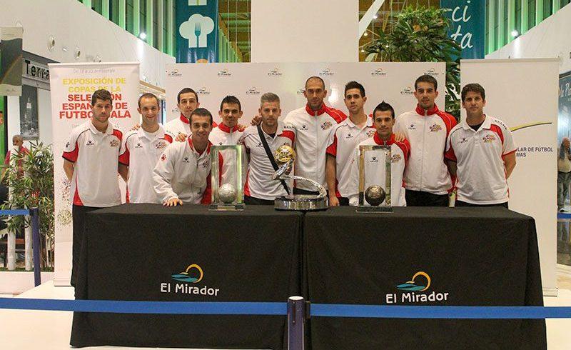 ElPozo Murcia con los trofeos de la Selección Española