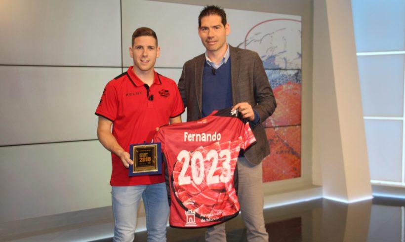 PREMIO Futsal Planet  Fernando recibe el premio 'Mejor Jugador Joven del Mundo' de las manos de Kike Boned