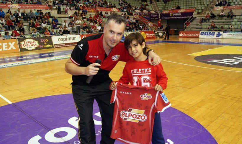 El pequeño Jorge, ganador de una camiseta de Kike Boned y firmada por la plantilla