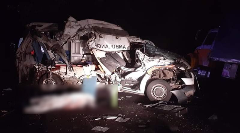 Personas que se transportaban en ambulancia COVID-19 mueren al chocar contra un camión