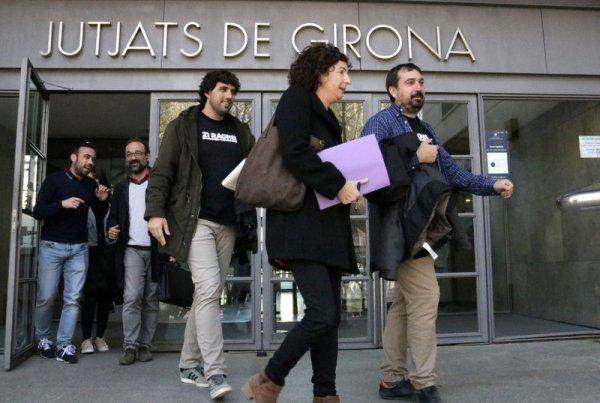 Els alcaldes de Verges i Celrà sortint dels Jutjats de Girona ACN.