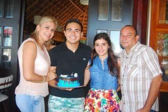Con sus padres que siempre lo han apoyado en todas las desciciones trascedentales Oscar Rivero Fernandez y Nadia Inzunza junto con su novia Adriana Rosado Reyez.