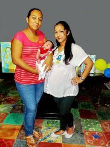 La festejada con su hermana, Dulce Lizama Yeladaqui y sobrina, Grecia Valentina