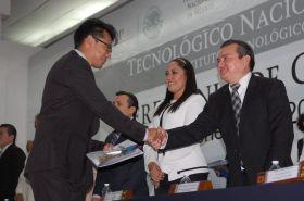 Esquivel Reyes Félix Iván recibe de mano de Antonio León Ruiz Magistrado del Tribunal Superior de Justicia su documento que lo acredita como arquitecto.