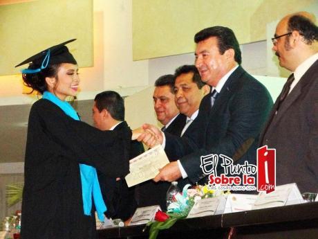 El director del colegio de Bachilleres Chetumal plantel uno, Ángel de Jesús Franco Gamboa, también entrego documentos a los egresados