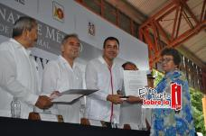 """Guadalupe del Socorro López Arcos por cuarenta años de servicio recibió la condecoración """"Maestro Altamirano"""""""