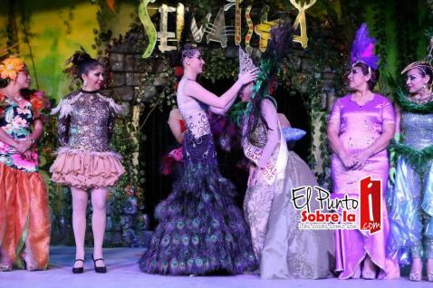 "Momentos en que la presidenta del DIF Estatal, Mariana Zorrilla de Borge, corona a la Reyna del Carnaval 2015 ""Paula I"""
