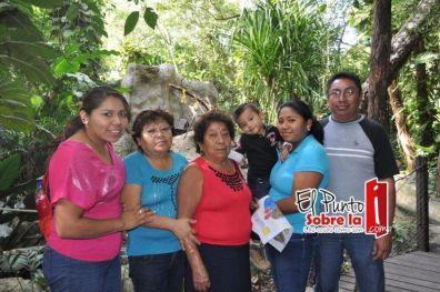 Teresa Avilés, Francisca Hoy, Nayeli Avilés, Cesar Alonso, Lupita y José Avilés.