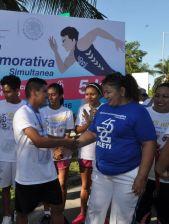 Gaspar De Landa del Cbtis 214 obtuvo el tercer lugar, en la categoría varonil, en la gráfica Apolonia Chávez Reyes le entrega su medalla conmemorativa