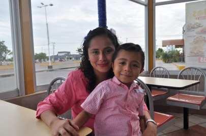 Abril Villanueva y el pequeño Edgar Schultz.