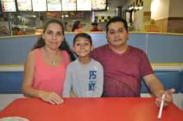Aldo Valencia y su esposa Ana Laura Pantoja y el pequeño Juan Mario.