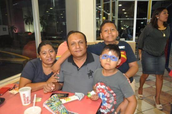 José León, Dennis Gamboa y los pequeños Javier y Rodrigo.