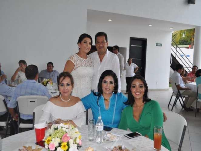 Los anfitriones Carlos Gutiérrez García y Fanny Gómez de Gutiérrez junto con Victoria Campa Alvaral, María Ocampo Bedolla y Marve Escobar.