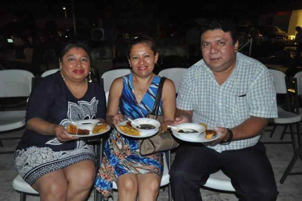 Al final los invitados fueron agasajados con la comida tradicional del Día de Muertos en la gráfica degustan Larissa Canul, Gabriela Romero y Luis Echeverría Esquivel