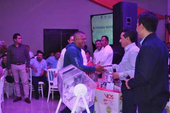 Durante la rifa Jorge Luis Uc reportero de Novedades y de Peso resulto ganador de una TV de 52 pulgadas.