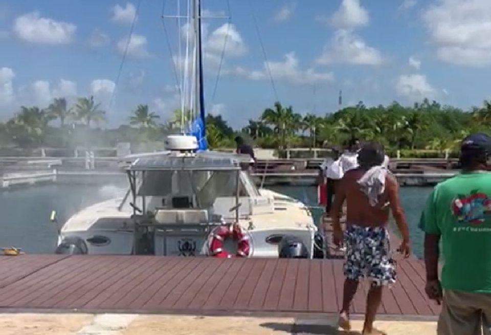 Se incendia catamarán en marina de Cozumel