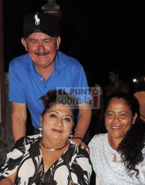 """""""Many Manito"""" y Landy Rojas con """"La Negrita"""" Telma Solís Pérez."""