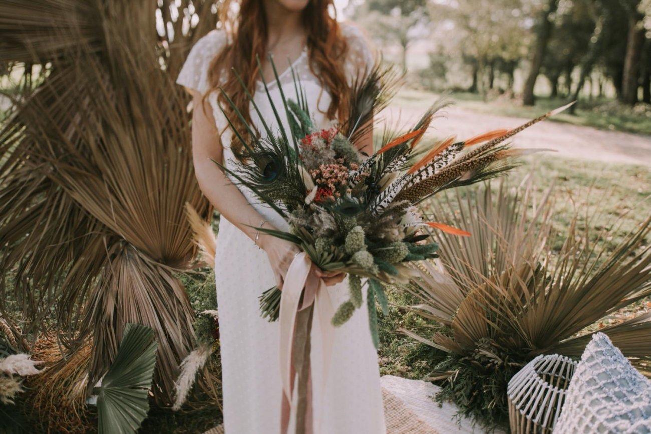 ramo de flores con plumas