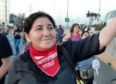 """Ester Sepúlveda, vocera de la coordinadora NO+AFP Rancagua: """"Lo más importante es que se escuchó la voz del pueblo donde claramente se dijo que no se quiere seguir con tanto abuso"""" """"Con esto nos pudimos dar cuenta de la importancia de la organización de todos los chilenos y chilenas que se hicieron presente con un malestar generalizado, que estaba contenido por muchos años, y en el caso nuestro que venimos trabajando más de 10 años para lograr terminar con las AFP en este país fue enormemente gratificante el oír que una de las demandas más sentidas del estallido social tiene que ver con el tema de terminar las AFP para mejorar las pensiones en nuestro país y la anhelada seguridad social. Lo más importante es que se escuchó la voz del pueblo donde claramente se dijo que no se quiere seguir con tanto abuso, ya basta de no tener una vejez digna, basta de corrupción, basta de la vergonzosa distribución de la riqueza en este país, basta del lucro con nuestros derechos fundamentales como la salud, la educación, la vivienda, basta de zonas de sacrificio, basta de políticos inoperantes que lo único que buscan es hacer de la política una forma de vida, basta de un sistema judicial deficiente, tardío, corrupto, basta de un sistema nefasto de protección a los niños en condiciones de vulnerabilidad. Le vino a refregar en la cara a los partidos políticos la urgente necesidad de atender las necesidades reales de los chilenos de legislar a favor de todos y no sólo de algunos y de levantar en el parlamento estas mismas necesidades que viene a provocar esta enorme revolución que está muy lejos de acabar. Ello porque queda pendiente la reparación por parte del Estado chileno a todas las víctimas de represión por partes de las Fuerzas Especiales de Carabineros y estamos apoyando lo que permita lograr esta reparación definitiva y la necesidad urgente que se entienda fuerte y claro que Carabineros de Chile necesita urgentemente trabajar el tema de la protección a los Derechos Humanos y """