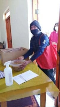 Los beneficiarios agradecen cada entrega de alimentos.