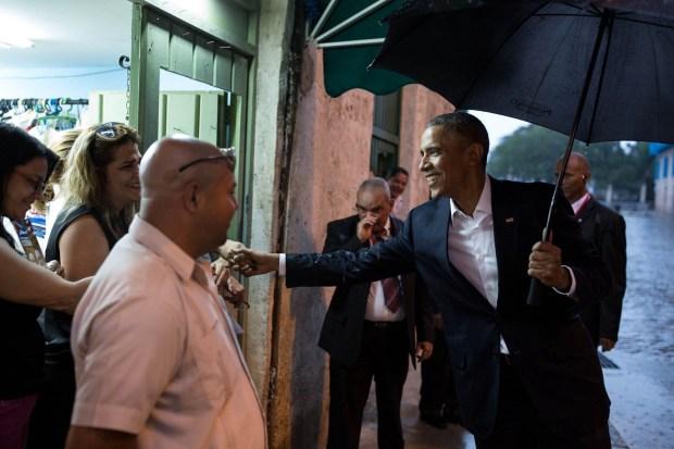 El presidente Barack Obama saluda a la gente de La Habana Vieja , Cuba , el domingo , 20 de marzo de 2016.