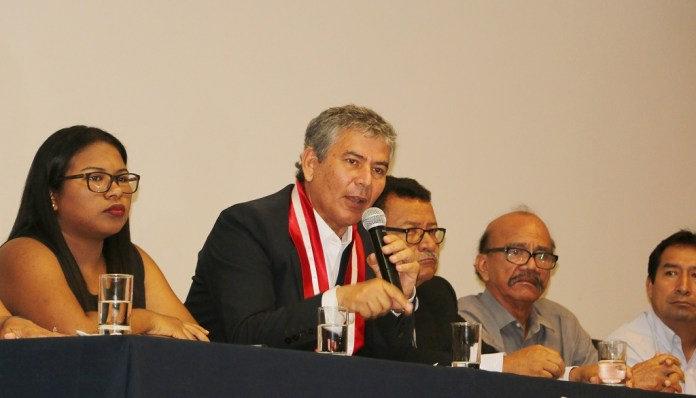 Reynaldo Hilbck despidiendose de trabajadores
