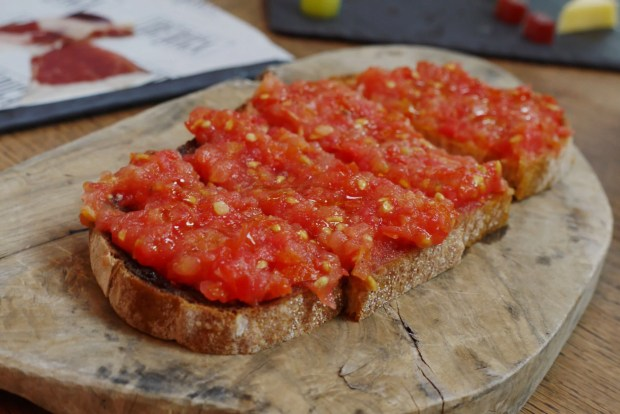 Pan con Tomate (toasted bread with tomato)