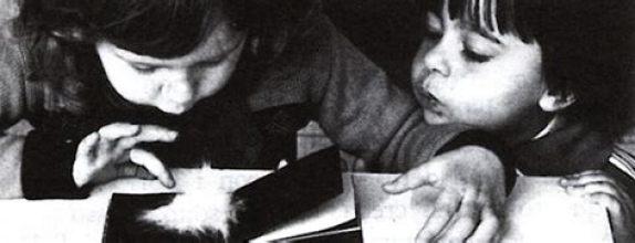 Dos niños jugando con los Prelibri de Bruno Munari