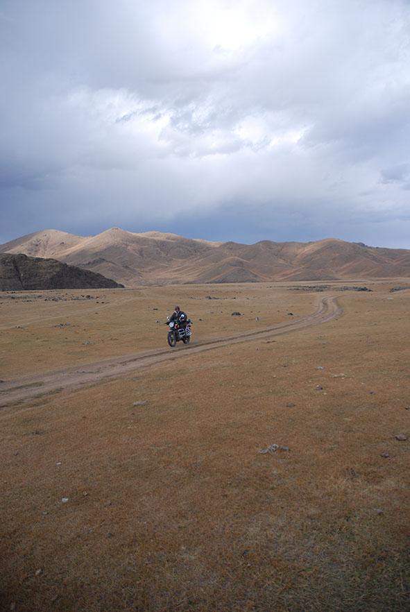 Man op een motor in Orkhon valley Mongolië