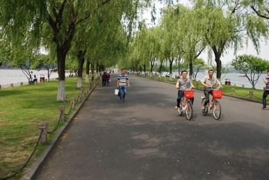 West lake Hangzhou fietsen op de Bai Causeway