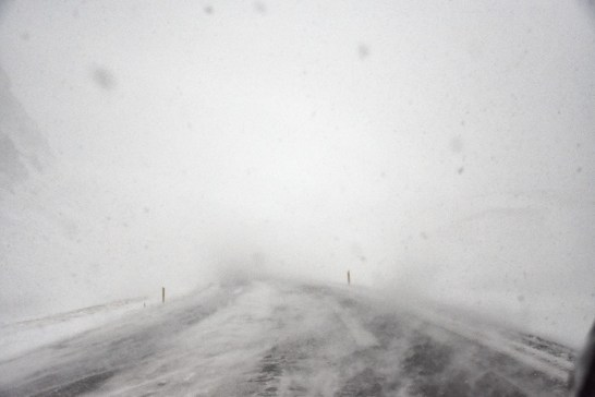 Sneeuwstorm in IJsland vanuit de auto