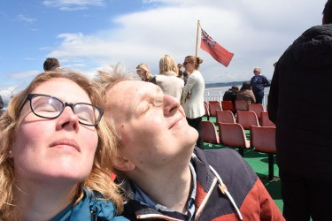 In de zon op de ferry naar Isle of Mull
