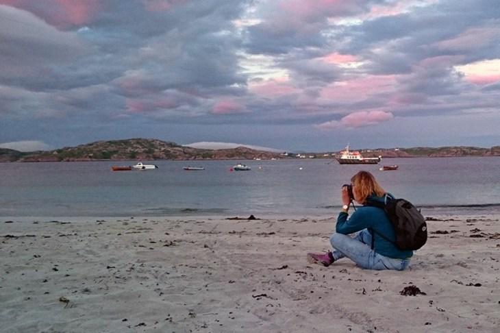 Foto van de zonsondergang op het strand van Iona Schotland
