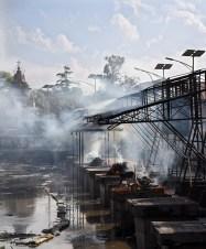 Crematies aan de Bagmati rivier bij de Pashupatinath tempel Kathmandu